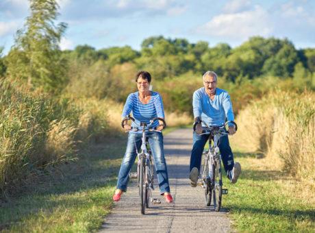 zwei Senioren haben Spaß beim Radfahren in der Natur
