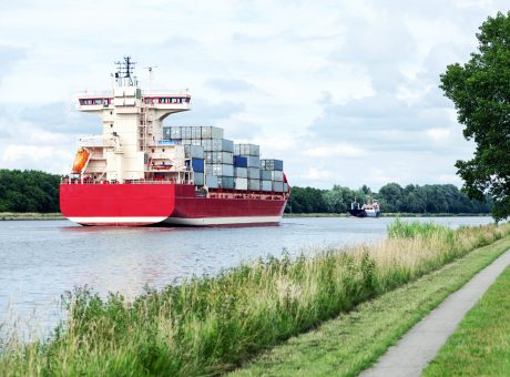 Containerschiff fährt durch den Nord-Ostsee-Kanal, Wasserweg zwischen Nord- und Ostsee in Schleswig-Holstein in Norddeutschland