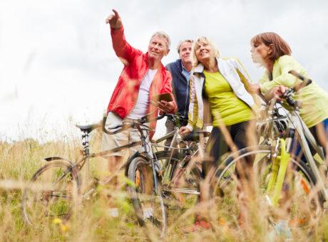Senioren nutzen auf Radtour eine Smartphone App mit GPS zur Navigation
