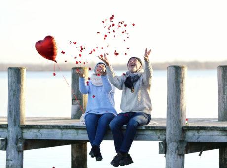 Rosenblätter werfen zum Valentinstag